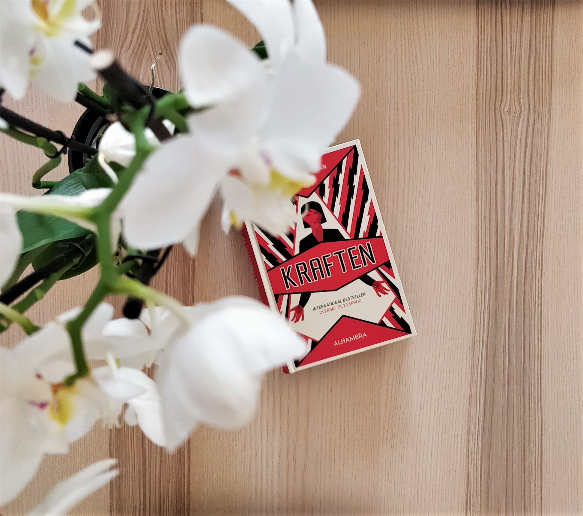 The Danish edition of The Power by Naomi Alderman on a wooden desk.