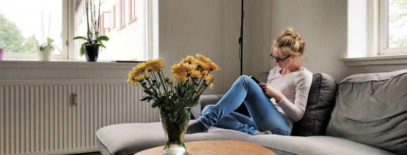 At læse på sofaen