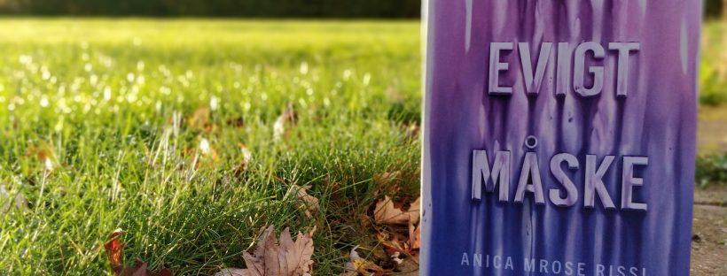 Bogen For evigt. Måske af Anica Mrose Rissi i forgrunden og en græsplæne i baggrunden.