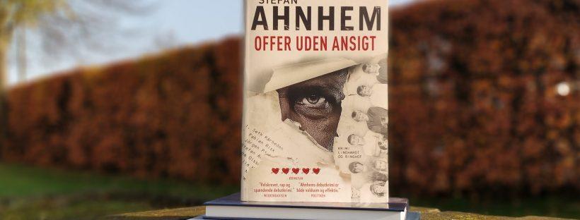 På et udendørsbord ligger to bøger, og oven på disse står bogen Offer uden ansigt af Stefan Ahnhem.